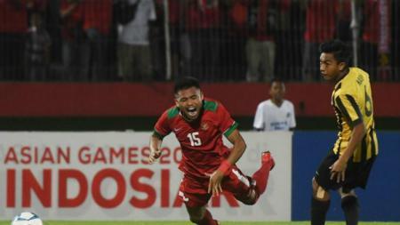 Saddil Ramdani saat dikasri bek Malaysia U-19 Nabil Hakim. - INDOSPORT