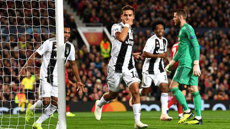 Paulo Dybala berselebrasi usai membobol gawang Man United yang dijaga De Gea. - INDOSPORT