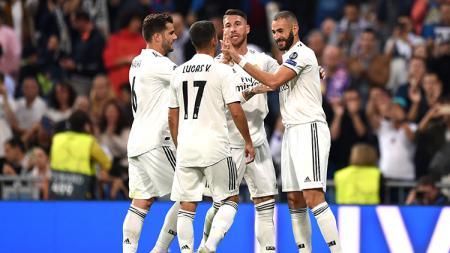 Karim Benzema berselebrasi dengan para pemain Real Madrid usai mencetak gol ke gawang Viktoria Plzen. - INDOSPORT