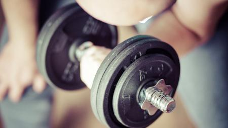 Alat Dumbell untuk membantu menumbuhkan otot. - INDOSPORT