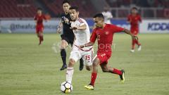 Indosport - Todd Rivaldo Ferre menguasai bola dan dibayang-bayangi pemain UEA U-19.