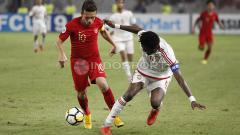 Indosport - Egy Maulana Vikri mencoba melwati adangan pemain UEA U-19.
