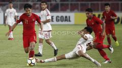 Indosport - Firza Andika saat menghindari adangan pemain UEA U-19.