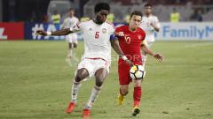 Indosport - Egy Maulana Vikri mengawal ketat pergerakan pemain UEA U-19.