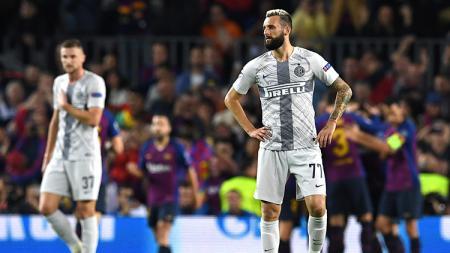 Marcelona Brozovic terpaku usai gawang Inter Milan dibobol Barcelona. - INDOSPORT