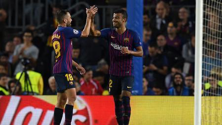 Raksasa Serie A Liga Italia, AC Milan, memiliki dua alasan kuat yang membuat mereka berpotensi besar untuk bisa membeli gelandang Barcelona, Rafinha (kanan). - INDOSPORT