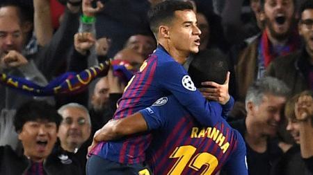 Rafinha (kanan) saat dipeluk Philippe Coutinho pasca mencetak gol di Liga Champions. - INDOSPORT