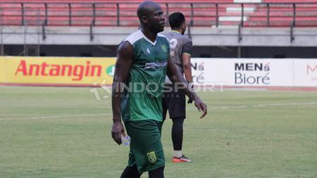 OK John ketika official training menjelang laga menghadapi Madura United. - INDOSPORT