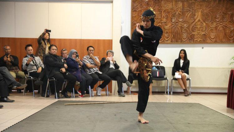 Atlet pencak silat, Puspa Arum Sari, saat memamerkan gerakan pencak silat di Belanda. Copyright: Kemenpora
