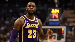 Indosport - LeBron James selebrasi dalam laga LA Lakers vs Phoenix Suns.