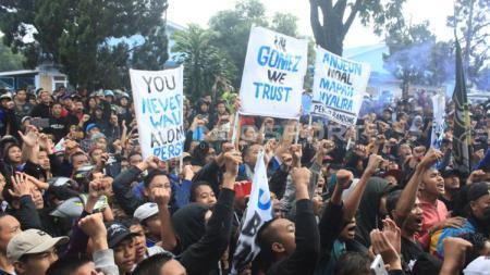 Bobotoh berikan dukungan untuk Persib Bandung dan pelatih Mario Gomez. - INDOSPORT