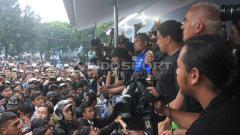 Indosport - Bobotoh berikan dukungan untuk Persib Bandung dan pelatih Mario Gomez.
