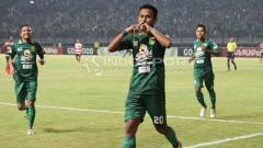 Indosport - Osvaldo Haay selebrasi usai cetak gol di laga Persebaya vs Madura United.