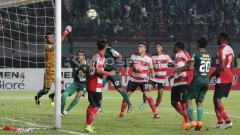Indosport - Laga Persebaya Surabaya vs Madura United.