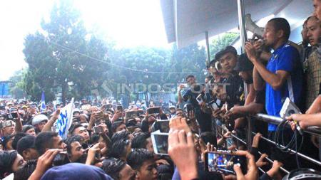 Kapten Persib, Supardi Nasir menemui ribuan Bobotoh di Bandara Husein Sastranegara, Kota Bandung, Kamis (25/10/18). - INDOSPORT