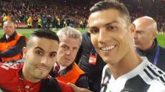Indosport - Hasil jepretan foto selfie Ronaldo dengan sang penggemar saat laga Manchester United vs Juventus di Old Trafford.