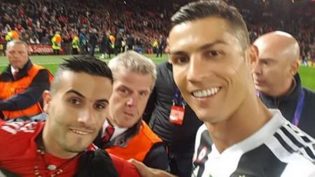 Hasil jepretan foto selfie Ronaldo dengan sang penggemar saat laga Manchester United vs Juventus di Old Trafford. - INDOSPORT
