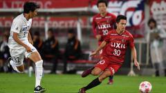 Indosport - Hiroki Abe (kanan) saat membela klub Kashima Antlers.