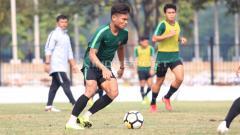 Indosport - Saddil Ramdani mengontrol bola.