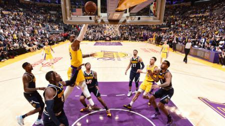 LeBron James selebrasi dalam laga LA Lakers vs Denver Nuggets. - INDOSPORT