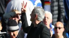 Indosport - salam tiga jari Mourinho.
