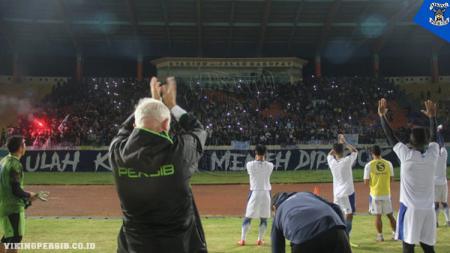 Skuat Persib Bandung mendapat dukungan langsung dari Bobotoh saat menggelar sesi latihan di Stadion Si Jalak Harupat, Soreang, Kabupaten Bandung - INDOSPORT