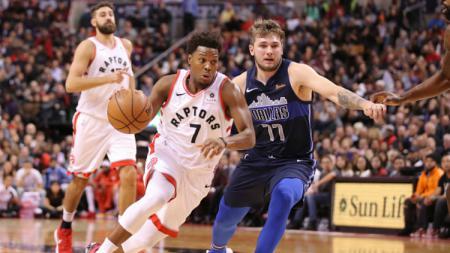 Kyle Lowry dan Luka Doncic bertarung di pertandingan NBA Toronto Raptors vs Dallas Mavericks. - INDOSPORT