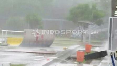 Lampu penerangan yang roboh akibat hujan angin di JSC. - INDOSPORT