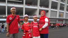 Indosport - Dua anak Dafa dan Cahaya mengajak orang tuanya untuk menyaksikan laga Timnas di GBK.