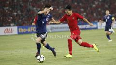 Indosport - Witan Sulaeman berusaha merebut bola dengan Daiki Hashioka.