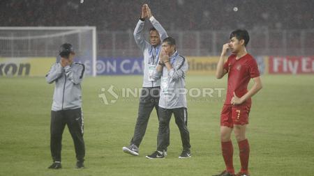 Indra Sjafri menunjukkan ekspresi sedih usai timnya kalah dari Jepang U-19. - INDOSPORT