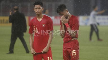 Saddil Ramdani bersama Resky Fandi (Kiri) menundukkan kepala usai Timnas Indonesia U-19 kalah dari Jepang U-19. - INDOSPORT
