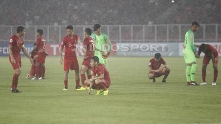 Penggawa Timnas Indonesia U-19 tertunduk lesu usai kalah dari Jepang U-19. - INDOSPORT