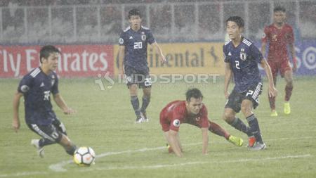Witan Sulaeman tersungkur dijegal pemain Jepang U-19. - INDOSPORT