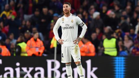 Sergio Ramos menunjukkan raut kecewa setelah Real Madrid tak berkutik melawan Barcelona. - INDOSPORT