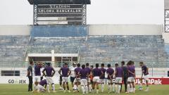 Indosport - Skuat PSM Makassar menjalani latihan di Stadion Gelora Bangkalan, Madura.