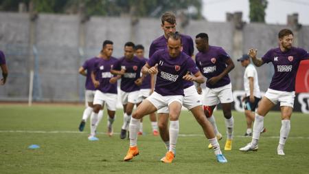 Skuat PSM Makassar menjalani latihan di Stadion Gelora Bangkalan. - INDOSPORT