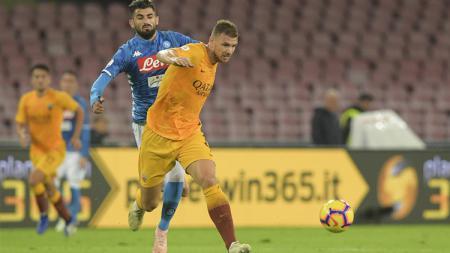 Edin Dzeko dalam pengawalan ketat pemain Napoli. - INDOSPORT