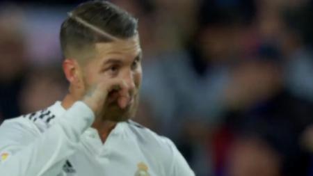Sergio Ramos menangis di atas lapangan sepak bola. - INDOSPORT
