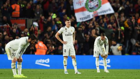 Toni Kroos (tengah) tampak lesu saat Real Madrid dikalahkan Barcelona. - INDOSPORT