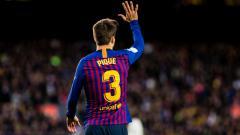 Indosport - Gerard Pique menyodorkan lima jarinya ke fans Barcelona.