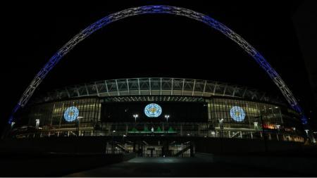 Stadion Wembley menampilkan logo Leicester City sebagai bentuk belasungkawa atas kecelakaan helikopter. - INDOSPORT