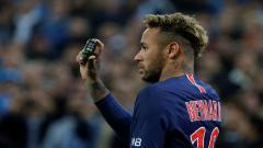 Indosport - Neymar menunjukkan botol kaca yang dilemparkan kearahnya saat menghadapi Marseille