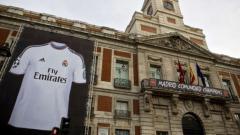 Indosport - Jersey Real Madrid terpampang dalam gedung kesenian di Kota Madrid.