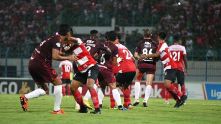 Situasi pertandingan Madura United vs PSM Makassar. - INDOSPORT