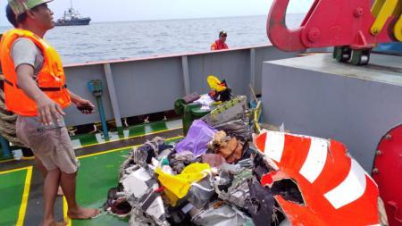 Serpihan pesawat Lion Air yang berhasil dievakuasi. - INDOSPORT