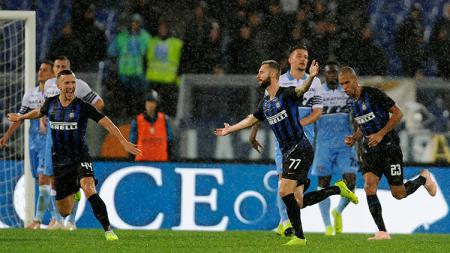 Marzelo Brozovic berselebrasi usai berhasil mencetak gol ke gawang Lazio. - INDOSPORT