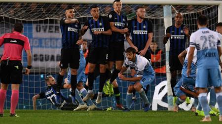 Marcelo Brozovic melakukan sliding unik di laga Lazio vs Inter Milan. - INDOSPORT