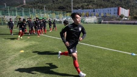 Kapten Timnas Korea Selatan U-19, Hwang Tae-hyun saat sesi latihan. - INDOSPORT