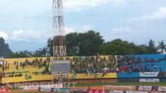 Indosport - Bonek Jayapura yang menghijaukan Tribun Selatan Stadion Mandala